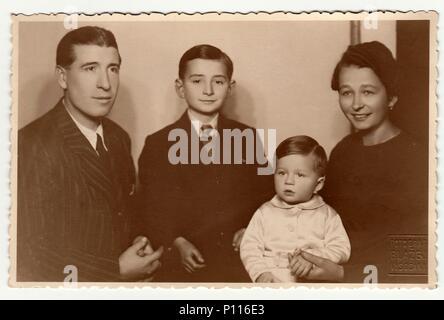 PRAGUE, la République socialiste tchécoslovaque - circa 1950: Vintage photo, portrait de famille. Banque D'Images