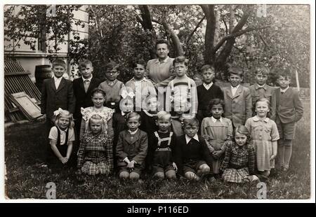 La République socialiste tchécoslovaque - circa 1950: Vintage photo montre camarades (environ 10 ans) avec l'enseignant Banque D'Images