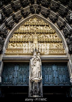 Montrant la Vierge et l'enfant est l'une des images les plus populaires de Marie au Moyen Âge. Ici, c'est Marie en tant que reine du ciel. La statue a été sculptée en 1880. Au-dessus de la statue est un tympan, qui montre des scènes de l'Ancien et du Nouveau Testament (rom haut en bas): la chute de l'homme; l'arche de Noé, Moïse recevant les tables de la Loi, et le culte du veau d'or; l'Annonciation, la Nativité, et la présentation de l'Enfant Jésus dans le Temple, le Christ parmi les docteurs, le Baptême du Christ, et le Sermon sur la montagne. L'assis dans les archivoltes sont des personnages de la Vieille