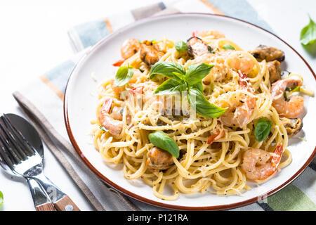 Spaghetti aux fruits de mer et pâtes sauce à la crème. Banque D'Images