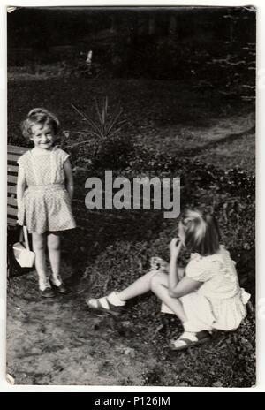 La République socialiste tchécoslovaque - circa 1950: A vintage photo montre les petites filles à l'extérieur. Banque D'Images