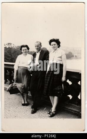 La République socialiste tchécoslovaque - circa 1960: Vintage photo montre femme et homme debout sur le pont. Banque D'Images