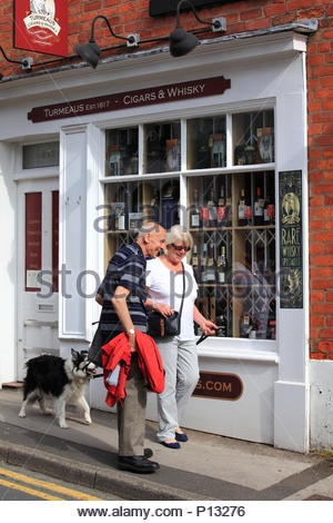 Un homme et une femme avec un chien border collie début matinée shopping à Knutsford Cheshire Angleterre Été Juin 2018 Banque D'Images