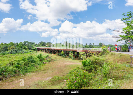 Poutre de pont routier local sur le fleuve Ganga Gin sec rivière dans Horagampita district, près de Galle, Sri Lanka Banque D'Images