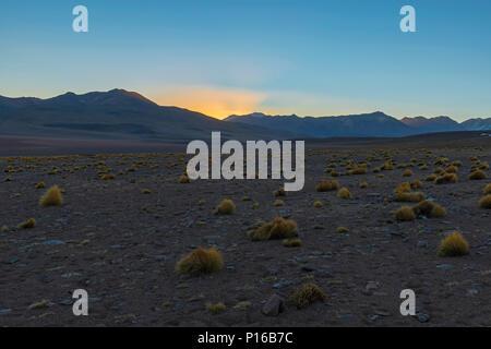 Paysage de la cordillère des Andes au lever du soleil dans le désert de Siloli à 4600m de haut situé entre le Chili et l'Uyuni salt flat, la Bolivie.
