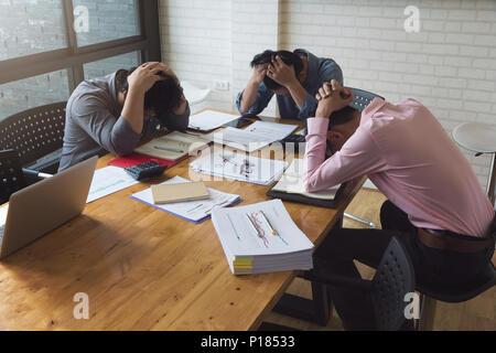Affaires et finance concept de travail de bureau,Hommes d'essayé de travailler dur et de stress avec nouveau projet bureau date limite manquant Banque D'Images