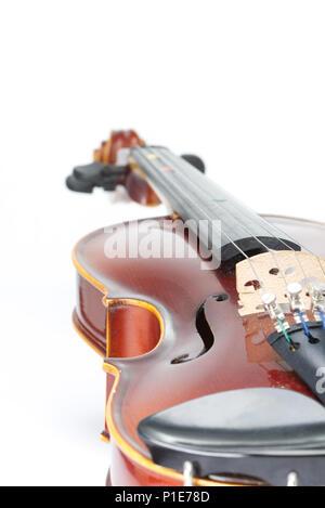 Violon isolé sur un fond blanc avec une faible profondeur de champ. Instrument de musique. Concept Musique Banque D'Images
