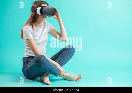 Vue côté close up portrait of young woman in lunettes VR Banque D'Images
