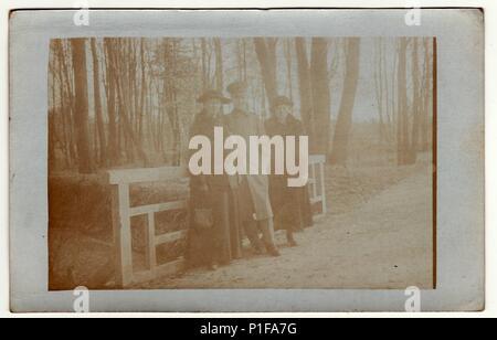 Allemagne - VERS 1920: Vintage photo montre femme et soldat au cours d'une balade. Ils se tiennent sur le pont. Photo a obtenu au cours du processus d'erreur de photo. Meubles anciens photo noir et blanc. Banque D'Images