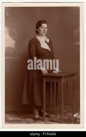 EILENBURG, ALLEMAGNE - VERS 1920   Vintage photo montre femme mature. Studio  photo avec 37461afc05fe