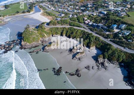 Brighton Beach et Big Rock Corner, Brighton, Dunedin, île du Sud, Nouvelle-Zélande - Antenne de drone Banque D'Images