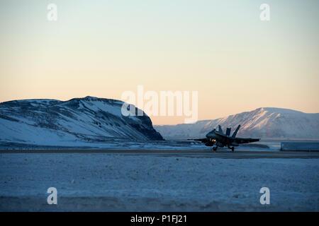 Un F/A-18 Hornet atterrit à base aérienne de Thulé, au Groenland, au cours d'un exercice, le 20 octobre 2016 au cours d'un exercice. Le Vigilant Shield 2017 Exercice de formation sur le terrain est un exercice annuel parrainé par le Commandement de la défense aérospatiale de l'Amérique du Nord et dirigée par la Région alaskienne du NORAD, en liaison avec la Région canadienne du NORAD et la région continentale du NORAD, qui engagent des exercices visant à améliorer la capacité opérationnelle dans un environnement bi-national. Cet exercice fournit des possibilités de formation crucial pour de nombreux militaires avec une variété d'aéronefs et d'actifs du Canada et Banque D'Images