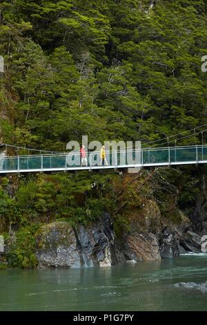 Les touristes en passerelle, rivière bleue, Bleu Piscines, Mount Aspiring National Park, Haast Pass, Makarora, Otago, île du Sud, Nouvelle-Zélande (Modèle 1992) Banque D'Images