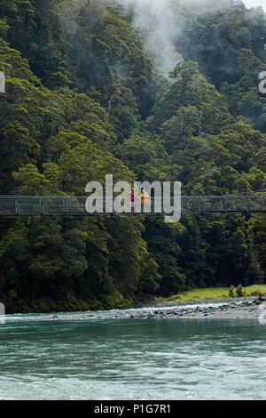 Les touristes en passerelle sur Makarora River, Bleu Piscines, Mount Aspiring National Park, Haast Pass, près de Makarora, Otago, île du Sud, Nouvelle-Zélande (mod Banque D'Images