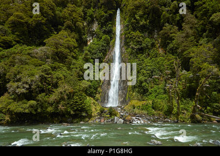 Thunder Creek Falls & Haast River, Haast Pass, Mt aspirant National Park, West Coast, South Island, New Zealand Banque D'Images