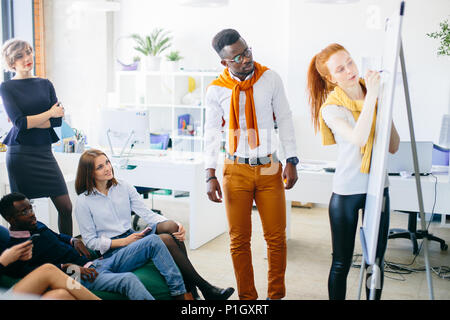 Designer graphique avec présente son travail à la réunion informelle Banque D'Images