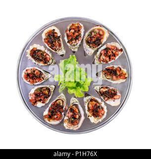 Douzaine d'huîtres au four kilpatrick sur spécial cuisson et desservant le plateau métallique isolé vue supérieure Banque D'Images
