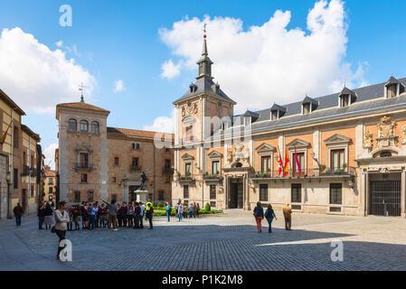 Madrid Plaza de la villa, vue de la Plaza de la Villa montrant l'Ayuntamiento (à droite) et la Torre de los Lujanes (gauche) le centre de Madrid, Espagne Banque D'Images