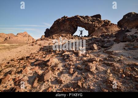 Homme debout sous Indian Pass Wilderness Arch, Californie, États-Unis Banque D'Images