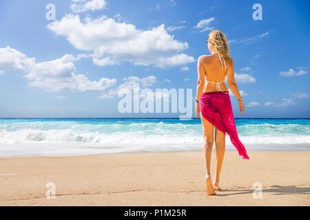 Femme marche sur la plage sauvage de l'île de Lefkada en Grèce Banque D'Images