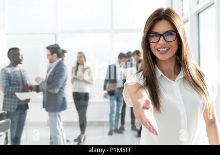 Jeune femme d'affaires tend la main pour une poignée de main Banque D'Images