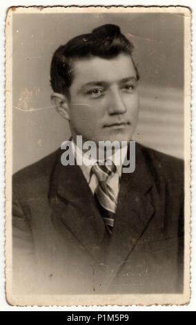 HRADEC Kralove, République socialiste tchécoslovaque - circa 1950: La photo montre vintage jeune homme. Le studio a été prise pour un examen de niveau (GCSE) occasion. Banque D'Images