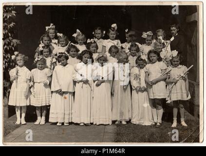 La République socialiste tchécoslovaque - circa 1950: Retro photo montre les filles et leur première communion. Photographie noir et blanc vintage. Banque D'Images
