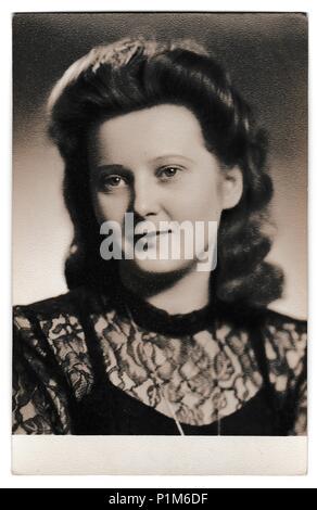 La République socialiste tchécoslovaque - circa 1950: Retro photo montre portrait de jeune femme. Vintage Photographie noir et blanc. Banque D'Images