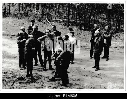 La République socialiste tchécoslovaque - Mars 31, 1974: Retro photo montre les touristes se tenir sur le chemin. Photographie noir et blanc vintage Banque D'Images