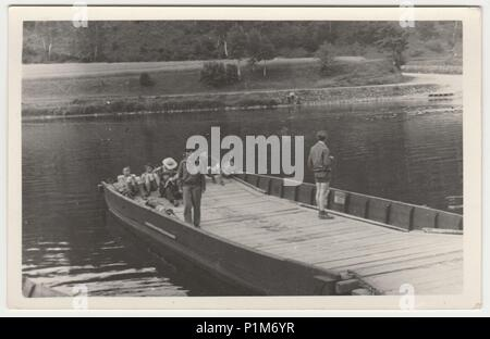 La République socialiste tchécoslovaque - Juillet 10, 1957: Retro photo montre les touristes ont un reste sur le ponton. Photographie noir et blanc vintage Banque D'Images