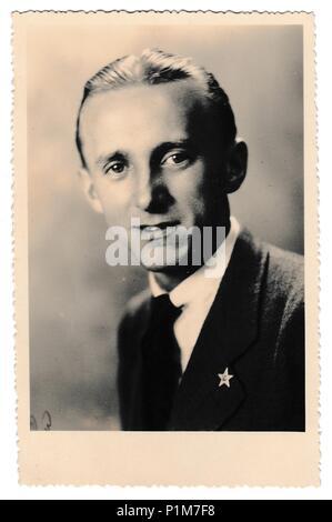 La République socialiste tchécoslovaque - circa 1950: Retro photo montre studio portrait de jeune homme. Homme porte badge 'Red Star' communiste. Vintage Photographie noir et blanc. Banque D'Images