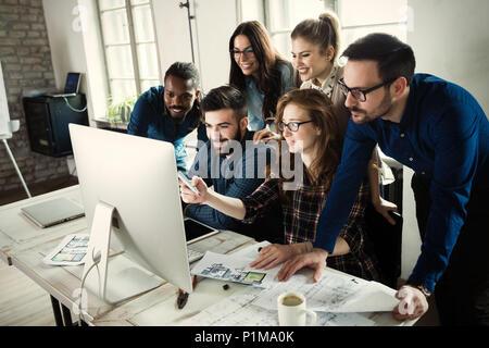 Les jeunes architectes travaillant sur le projet in office