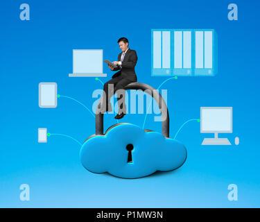 À l'aide de tablet et assis sur forme du nuage le casier avec les périphériques dimensions Banque D'Images