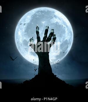 Concept d'Halloween, zombie part venant du sol Banque D'Images