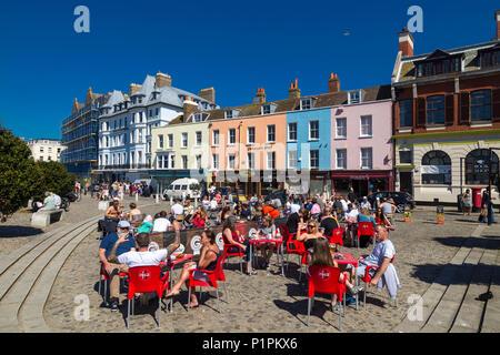 Les gens assis dehors boire et manger dehors en été à la la Parade, Vieille Ville, Margate, Kent, Angleterre, Royaume-Uni Banque D'Images