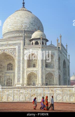 Les gens qui marchent autour de Taj Mahal à Agra complexes, de l'Uttar Pradesh, Inde. Taj Mahal a été commandé en 1632 par l'empereur Moghol Shah Jahan pour chambre e Banque D'Images