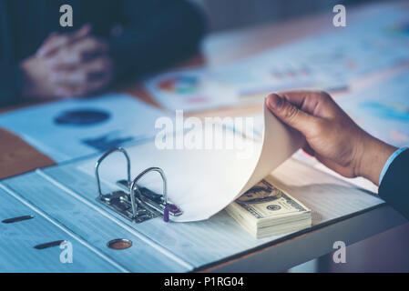 Businessman reçoivent de l'argent dans l'enveloppe proposée dans le fichier - anti corruption et de concepts