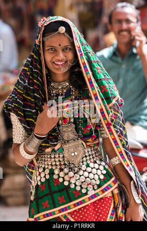 Portrait d'une femme indienne hindoue en vêtements et accessoires traditionnels colorés, Fort Jaisalmer Jaisalmer, Rajasthan, Inde, Banque D'Images