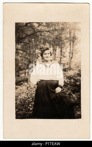 allemagne circa 1930 vintage photo montre femme dans un studio de photographie retro noir. Black Bedroom Furniture Sets. Home Design Ideas