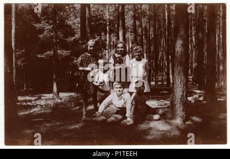 La République tchécoslovaque - Juillet 1925: Vintage photo montre des enfants dans la forêt. Retro noir et blanc de la photographie. Banque D'Images
