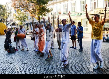Chant de la rue de Hare Krishna par Harinamas Derybasivska à Odessa's Street.
