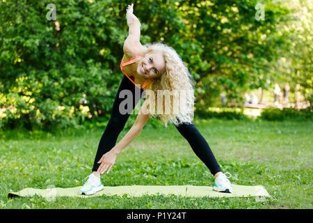 Photo de femme athlète l'exercice sur tapis Banque D'Images