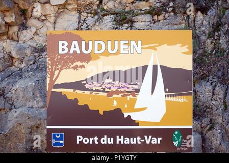 Signe de la route, le panneau de la commune ou de publicité pour le Lakeside Resort Village de Bauduen sur le lac de Sainte-Croix, dans le Parc Régional du Verdon Provence France Banque D'Images