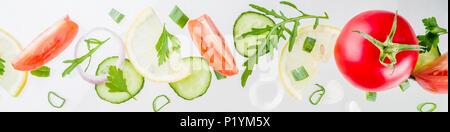 Arrière-plan de création, mise en page, concept de saine alimentation fraîche salade de légumes crus frais, persil Tomates Concombres Oignons verts, schéma simple sur Banque D'Images
