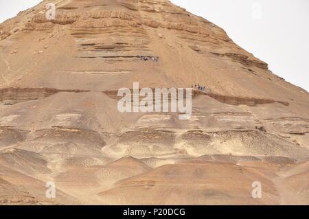 Al-Dist hill; une forme de pyramide hill (172m de haut) qui est formée de roches sédimentaires, dans l'oasis de Bahariya, désert de l'Ouest, l'Egypte. Banque D'Images
