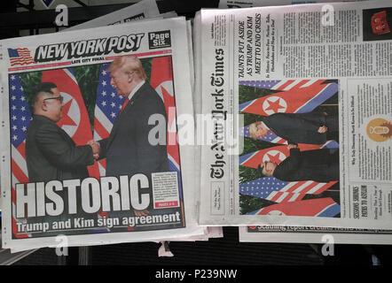 Les titres des journaux de New York le mardi, 12 juin, 2018 rapport sur la réunion de la veille entre le président américain Donald Trump et de la Corée du Nord Kim Jong-un à Singapour. (© Richard B. Levine)