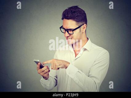 Homme frustré l'envoi de message texte par téléphone mobile Banque D'Images