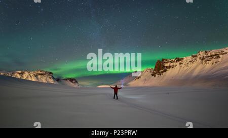 Northern Lights sur les montagnes dans la région de Vik, Islande Banque D'Images