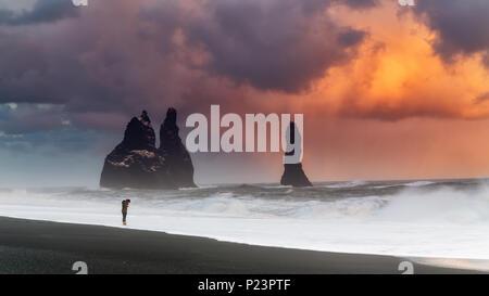 D'énormes nuages sur plage de sable noir en Islande