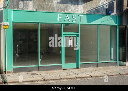 Boutique vacant vide/à Truro, Cornwall. La mort métaphore de la High Street, fermé boutiques, récession, crise de la rue haute, les fermetures de magasins vacants Banque D'Images